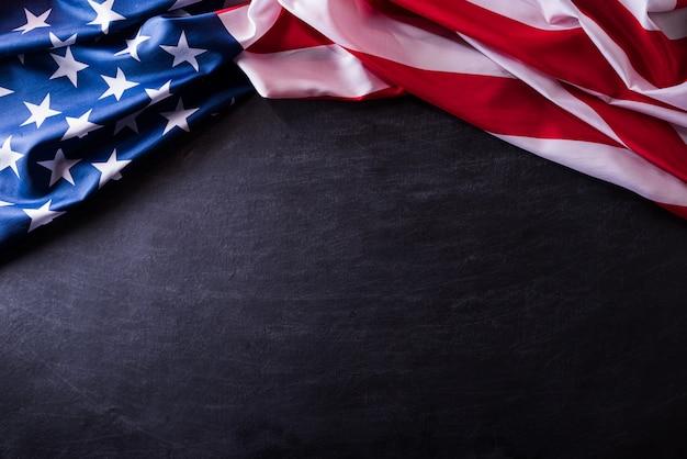 С днем ветеранов. американский флаг ветеранов на фоне доски. Premium Фотографии