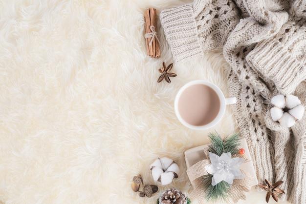 クリーム色グレーの秋または冬の組成 Premium写真