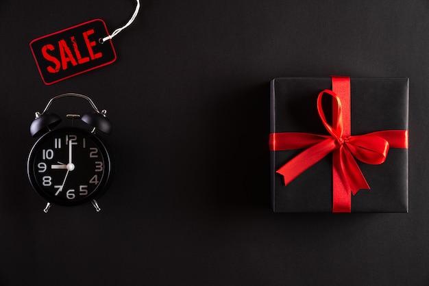 Черная пятница продажа с черными подарочной коробкой и будильником Premium Фотографии