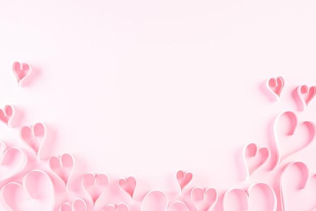 ピンクの紙の背景にピンクの紙の心。愛とバレンタインデーのコンセプト。 Premium写真