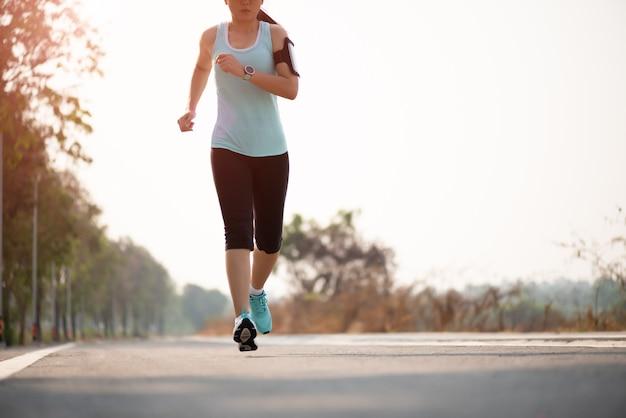 道路側に向かって走っている女性。ステップ、アクティビティコンセプトを実行します。 Premium写真