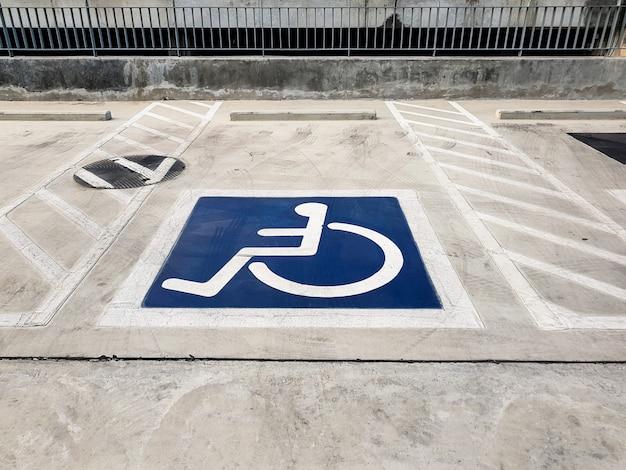 Международный символ инвалидности (инвалидная коляска) или символ парковки для инвалидов Premium Фотографии