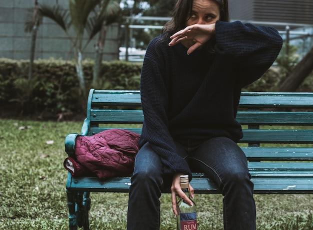 Пьяная бездомная женщина в парке Premium Фотографии
