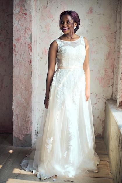 84068f272711c2a Африканский спуск невесты в белом свадебном платье веселый Фото ...