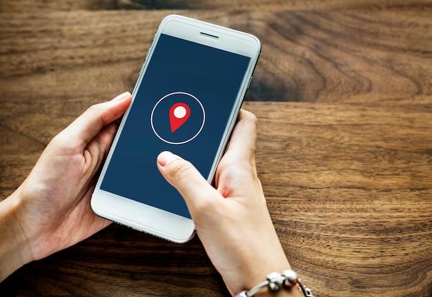 携帯電話を使用する人 無料写真
