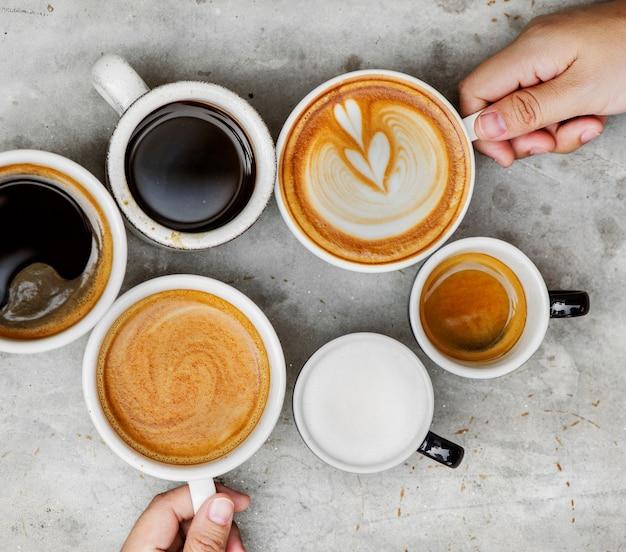 Пара, наслаждаясь кофе в выходные дни Бесплатные Фотографии