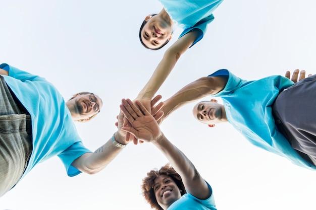 Группа счастливых и разнообразных добровольцев Бесплатные Фотографии