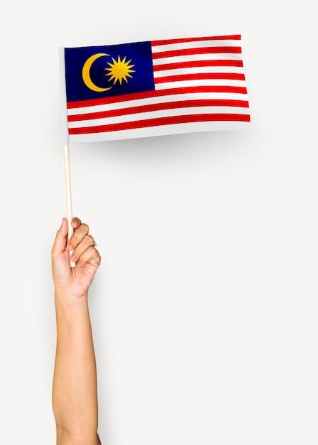 Человек размахивает флагом малайзии Бесплатные Фотографии