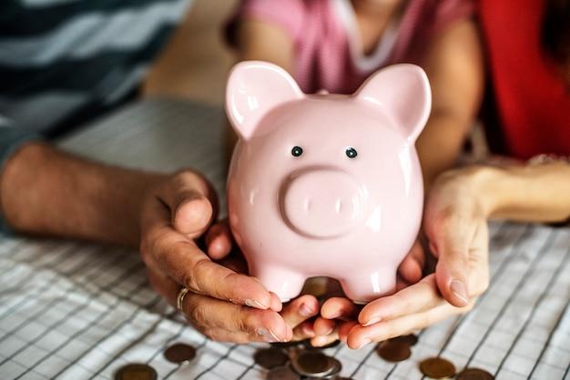 将来のためにお金を稼ぐ子供 無料写真