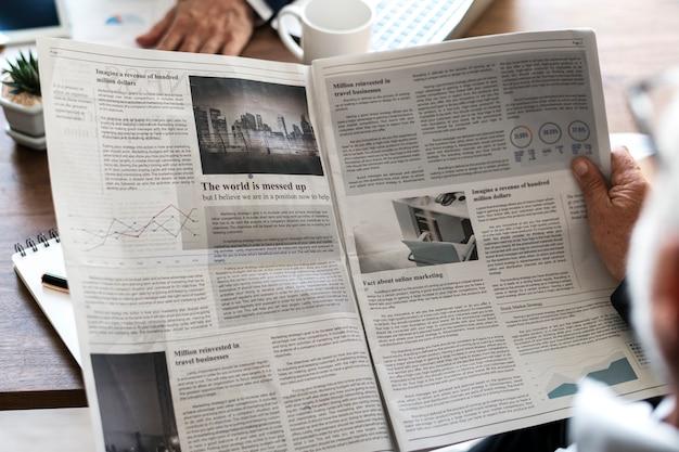 ビジネスマン、読書、新聞 無料写真