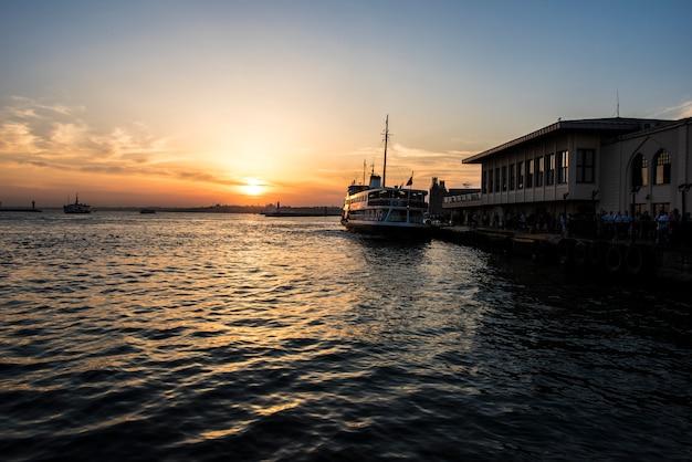 Восход солнца над океаном в стамбуле турция Бесплатные Фотографии