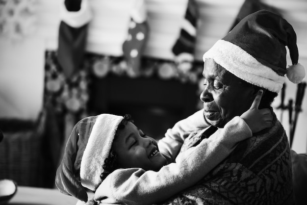 クリスマス休暇を楽しむ黒の家族 無料写真