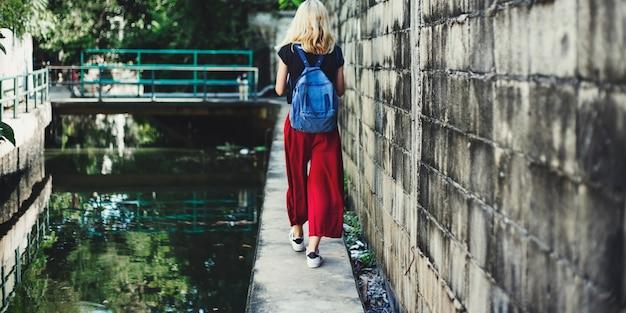 Женщина кавказский путешественник путешествие исследуйте концепцию канала Бесплатные Фотографии