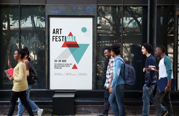 Группа разнообразных друзей ходьба пройти художественные выставки плакат Бесплатные Фотографии