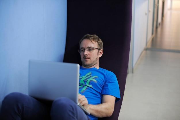 コンピュータのラップトップを使用している白人の男 無料写真