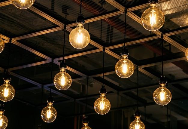 天井に吊るされた電球 無料写真