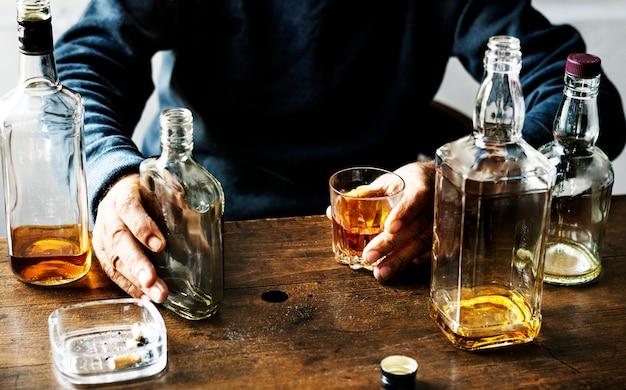 アルコール摂取する成人 Premium写真