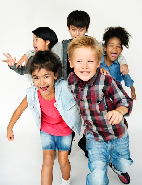 楽しんでいる子供のグループ Premium写真