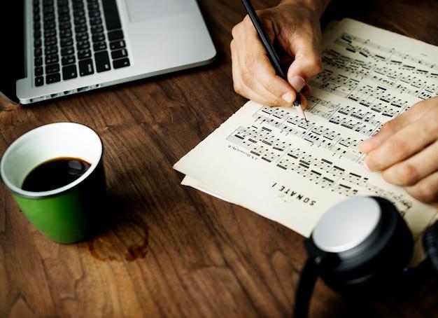 Макрофотография на случайный человек, сочиняя музыку Бесплатные Фотографии