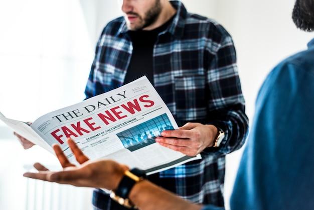白い背景にある新聞を読んでいる男性 無料写真