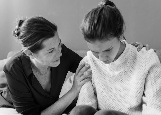 彼女の悲しい娘を慰める母 無料写真