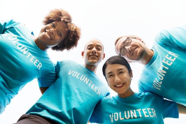 幸せで多様なボランティアのグループ 無料写真