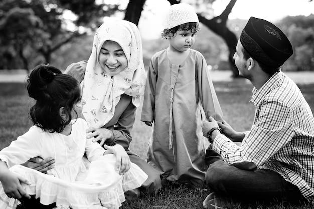屋外で楽しい時間を過ごすイスラム教徒の家族 無料写真