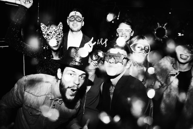 新しい年のイブパーティーを楽しむ人々 無料写真
