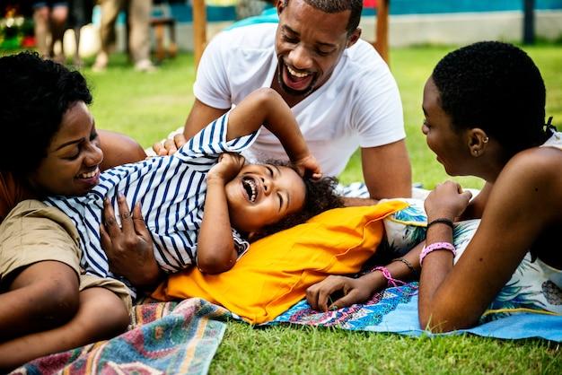 裏庭で一緒に夏を楽しむ黒の家族 無料写真
