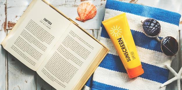 日焼け止めサングラスタオル本のくねくねるリラックスコンセプト 無料写真