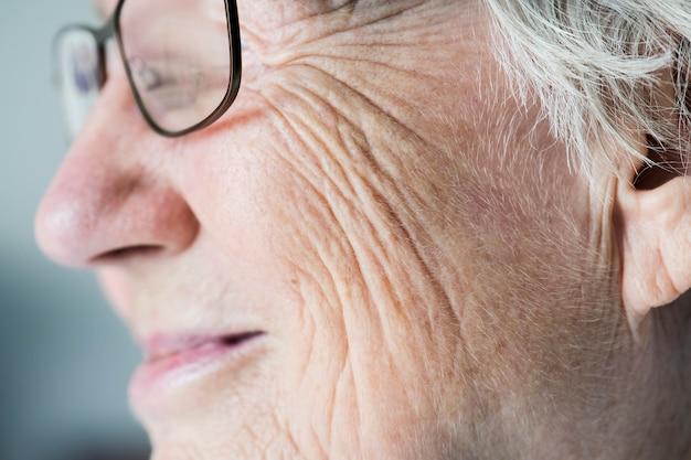 白い高齢の女性の横のクローズアップの肖像画 無料写真