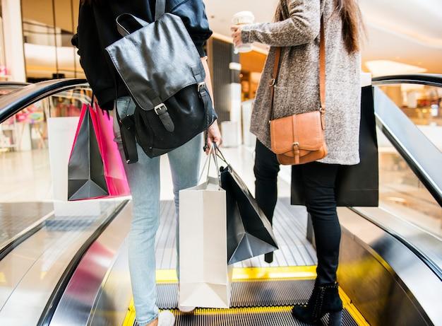 女性はショッピングコンセプトを楽しむ 無料写真