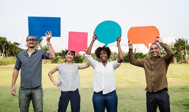 Разнообразные друзья с пузырями речи Бесплатные Фотографии