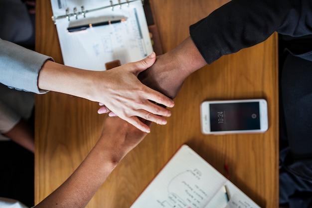 さまざまなビジネスチームが手を積み重ねる 無料写真