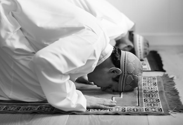 イスラム教徒のスジュード姿勢での祈り 無料写真