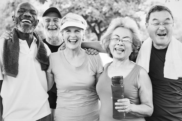 一緒に運動する高齢者のグループ写真 無料写真