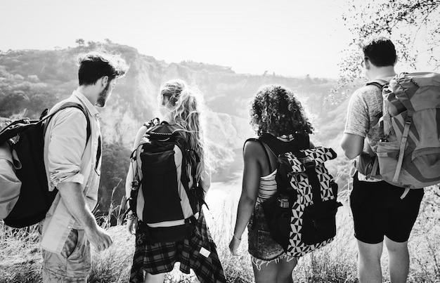 Молодые туристы, путешествующие по природе Бесплатные Фотографии