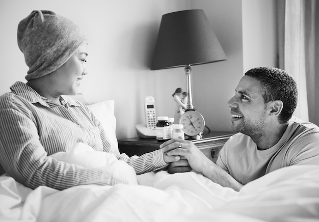 病的な妻を支える夫 無料写真