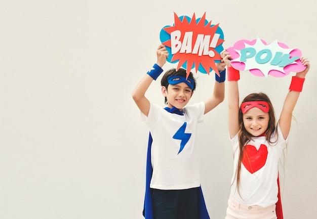 スーパーヒーローズの子供用コスチュームバブルコミックコンセプト 無料写真