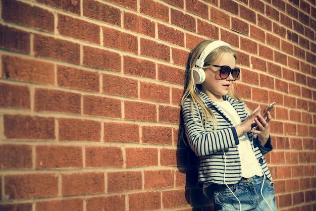 白人の子供スーパーヒーローとプレイのシュート 無料写真