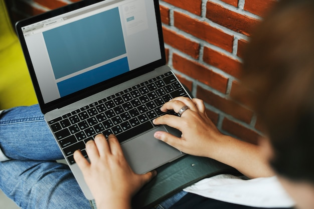 コンピュータのラップトップを使用する人々 無料写真