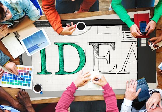 アイデアを一緒に共有するチームミーティング 無料写真