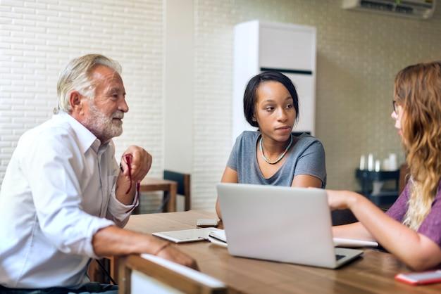 Студенты колледжа обсуждают с консультантом Premium Фотографии