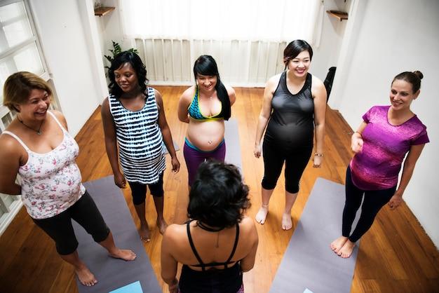 ヨガクラスの妊婦 Premium写真