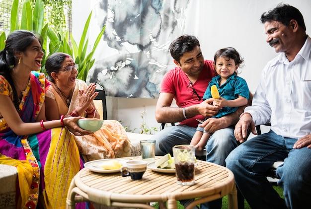 幸せなインド人家族 Premium写真