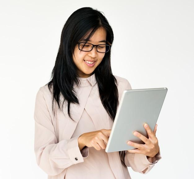 陽気なライフスタイルを笑うアジアの若い女性 Premium写真