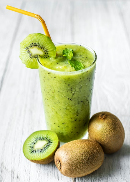 健康的なキウイスムージーの夏のレシピ 無料写真