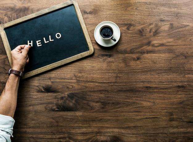 こんにちは挨拶の概念を形成する手紙と黒板の航空写真 無料写真