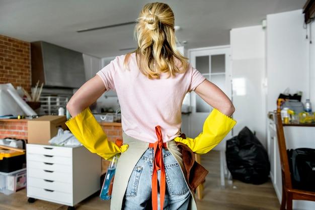家を掃除する女性 無料写真