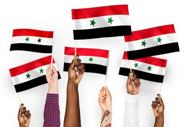 Руки размахивают флагами сирии Бесплатные Фотографии